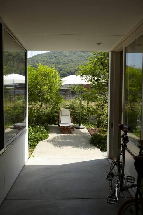 9坪ハウス+α: nido architects 古松原敦志一級建築士事務所が手掛けたベランダです。