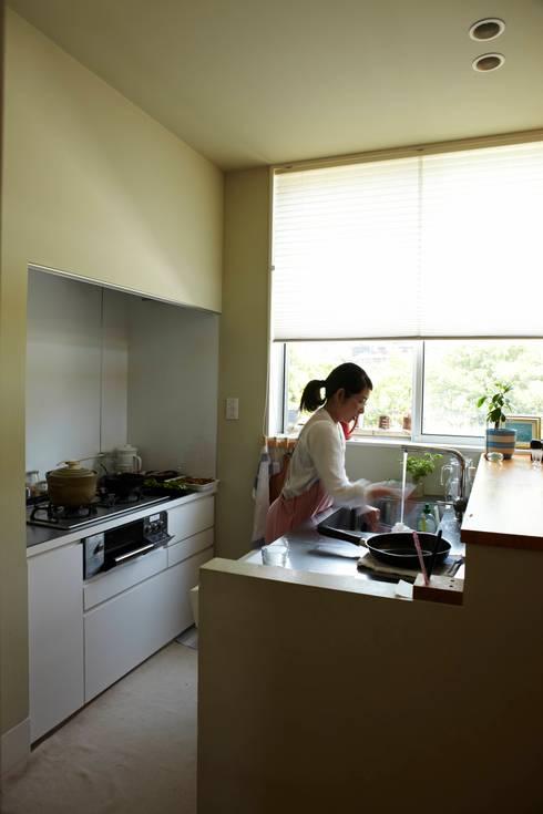 9坪ハウス+α: nido architects 古松原敦志一級建築士事務所が手掛けたキッチンです。