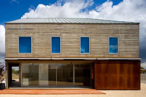 Casa em Azeitão: Casas minimalistas por Atelier Central Arquitectos