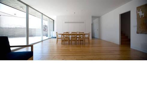 Casa em Azeitão: Salas de estar minimalistas por Atelier Central Arquitectos