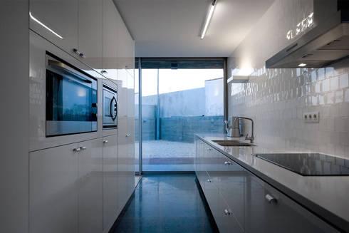 Casa em Azeitão: Cozinhas minimalistas por Atelier Central Arquitectos