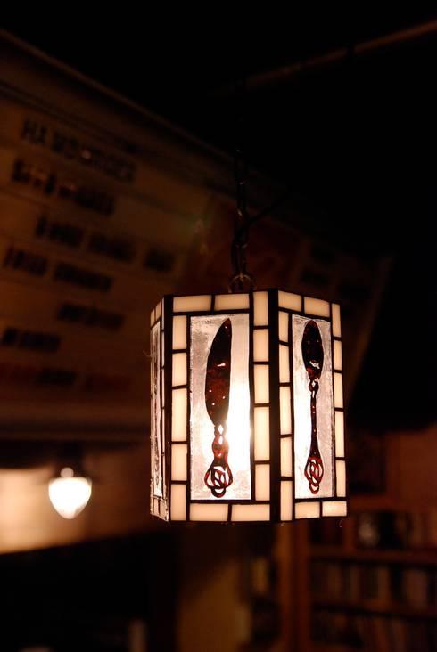 Cutlery lamp: contemporary glass nidoが手掛けたキッチンです。