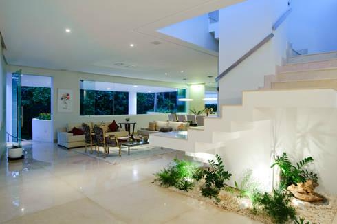 RESIDÊNCIA ALPHAVILLE SALVADOR: Salas de estar modernas por BRAZÃO ARQUITETOS ASSOCIADOS