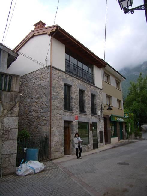 Fachada delantera: Casas de estilo  de ESTUDIO DE ARQUITECTURA 4TRAZOS