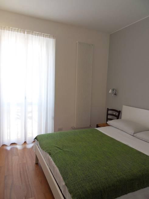 camera: Camera da letto in stile  di gk architetti  (Carlo Andrea Gorelli+Keiko Kondo)