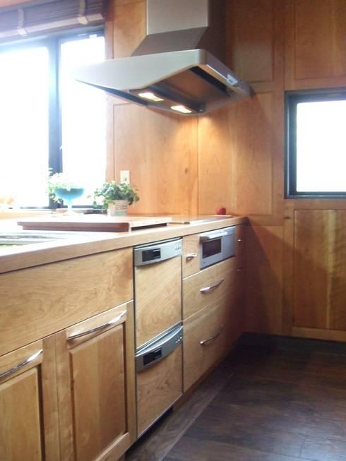 リフォーム後 アメリカンチェリー材キッチン: 一枚板テーブルと無垢材家具・キッチンの祭り屋が手掛けたキッチンです。