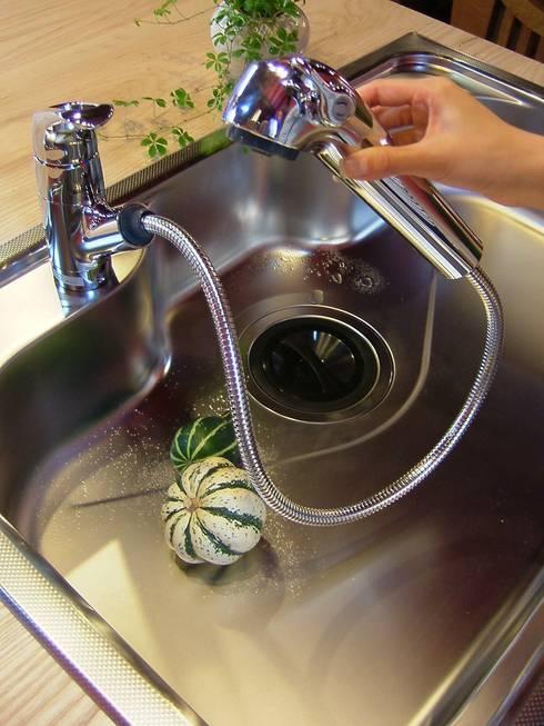 水洗金具も細やかな配慮を: 一枚板テーブルと無垢材家具・キッチンの祭り屋が手掛けたキッチンです。