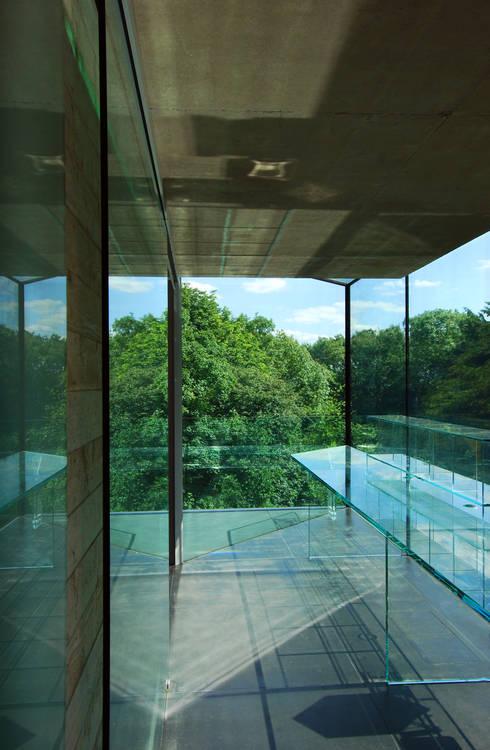 Glass desk - study with views: minimalistic Study/office by Eldridge London