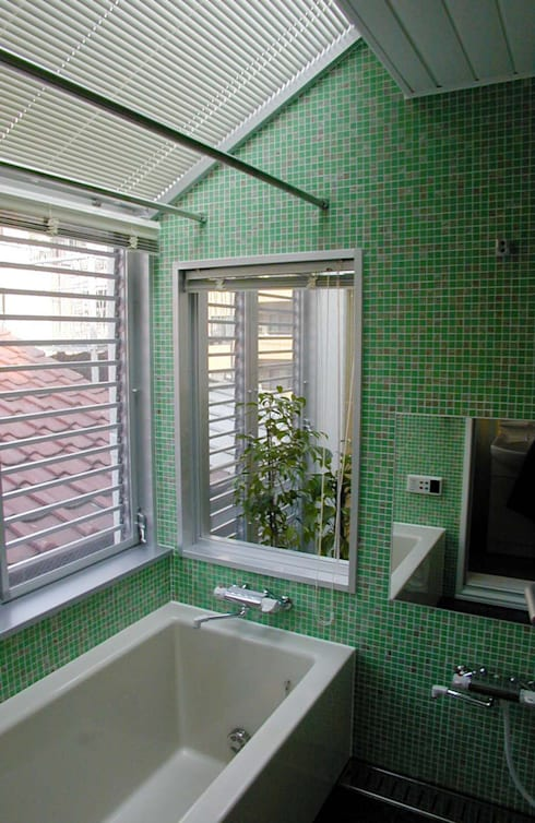 光の庭に隣り合わせの浴室です: 加藤將己/将建築設計事務所が手掛けたテラス・ベランダです。