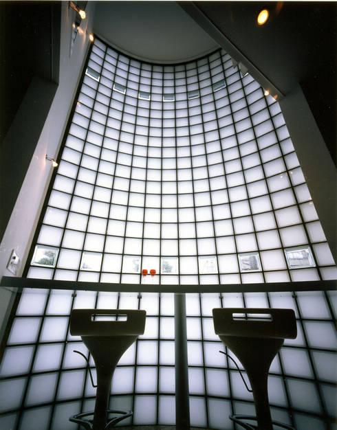 アンダンテの家: 加藤將己/将建築設計事務所が手掛けたリビングルームです。
