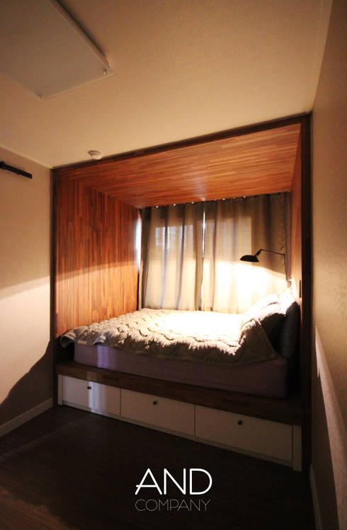 공간 활용도를 높인 모던인테리어 : 앤드컴퍼니의  침실