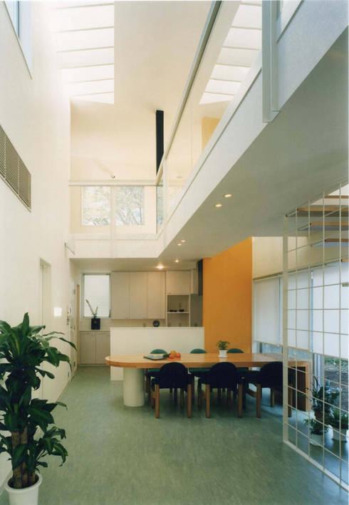 王禅寺の家: 加藤將己/将建築設計事務所が手掛けたリビングです。