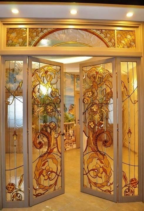 Puertas y ventanas de estilo clásico de Витражная мастерская 'Гранат'