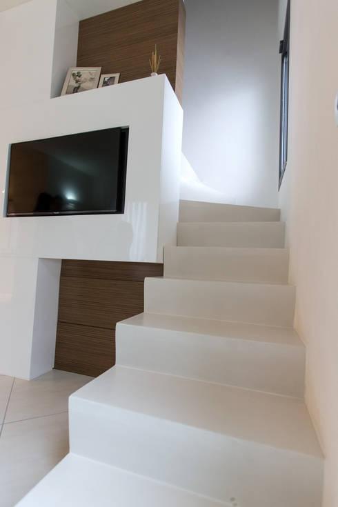 Casa G-F: Ingresso & Corridoio in stile  di QUADRASTUDIO