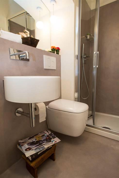 Ciompi Small House: Bagno in stile  di Patrizia Massetti
