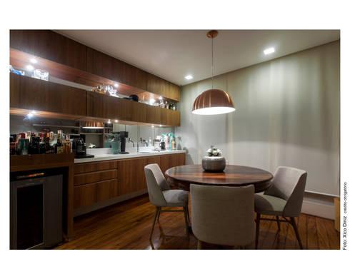 Apartamento na Barra: Salas de jantar modernas por Spinola+Carvalho Arquitetura