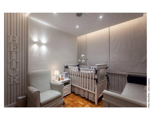 Apartamento na Barra: Quarto infantil  por Spinola+Carvalho Arquitetura