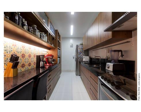 Apartamento na Barra: Cozinhas modernas por Spinola+Carvalho Arquitetura