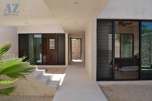 CASA MANGULICA: Pasillos y recibidores de estilo  por Alberto Zavala Arquitectos