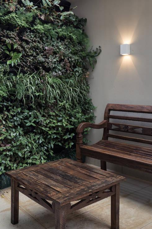 Jardim Vertical Externo: Espaços comerciais  por Juliana Damasio Arquitetura
