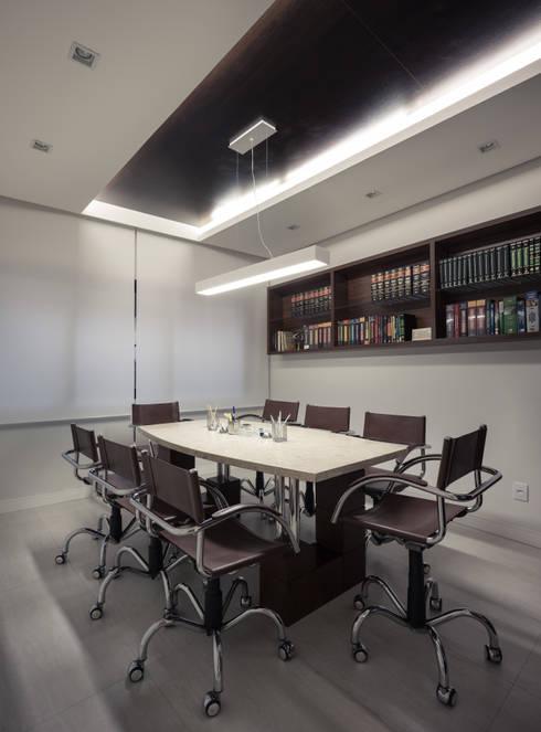 Sala de Reuniões: Espaços comerciais  por Juliana Damasio Arquitetura