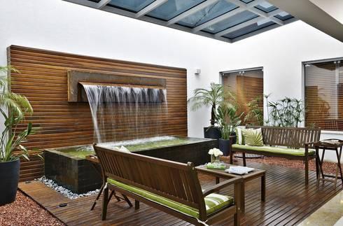 Jardim Interno: Clínicas  por Jamile Lima Arquitetura