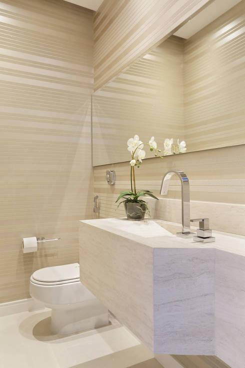 Casa Luxo: Banheiros modernos por Carolina Mendonça Projetos de Arquitetura e Interiores LTDA