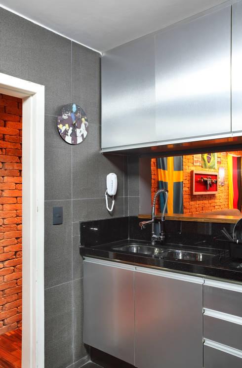 Apartamento Solteiro: Cozinhas modernas por Carolina Mendonça Projetos de Arquitetura e Interiores LTDA