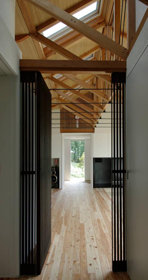 M-HOUSE内観1: 3*D空間創考舎一級建築士事務所が手掛けた廊下 & 玄関です。