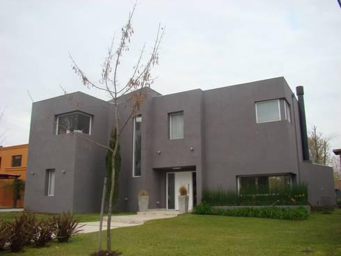 El Encuentro 1:  de estilo  por Estudio de Arquitectura Clariá & Clariá
