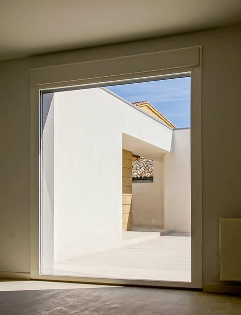 Vivienda unfamilir en Tormantos: Salones de estilo moderno de Javier Lafita