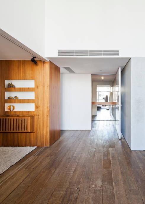 11: Salas de estar minimalistas por Meireles Pavan arquitetura