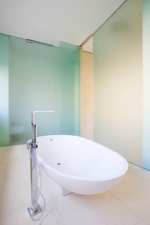 TOWNHOUSE P15: moderne Badezimmer von Nalbach + Nalbach Gesellschaft von Architekten mbH