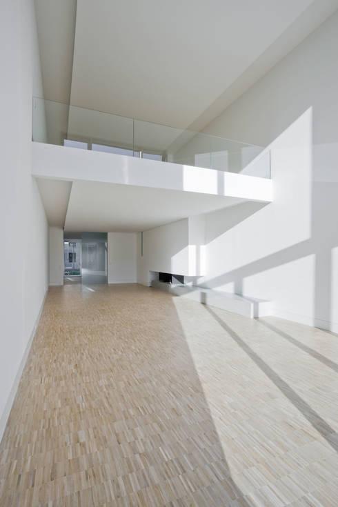 TOWNHOUSE P15:  Wohnzimmer von Nalbach + Nalbach Gesellschaft von Architekten mbH