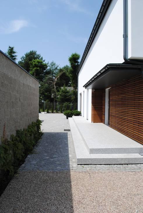 Kampinos wejście do domu: styl , w kategorii Domy zaprojektowany przez MITARCHITEKCI