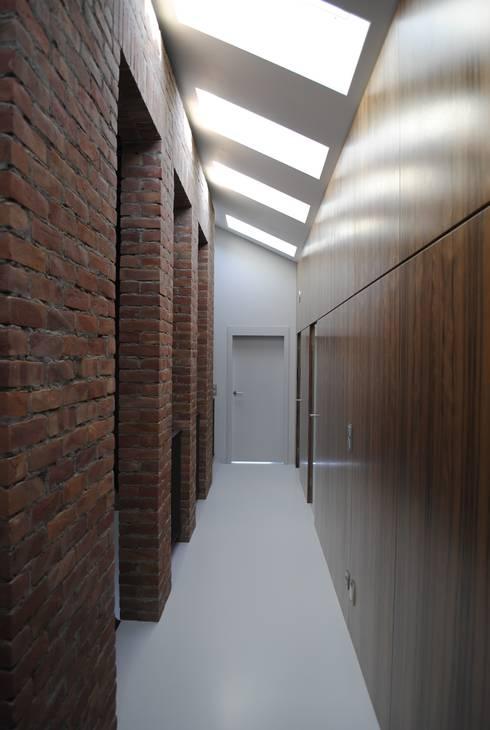 Kampinos komunikacja piętro: styl , w kategorii Korytarz, przedpokój zaprojektowany przez MITARCHITEKCI