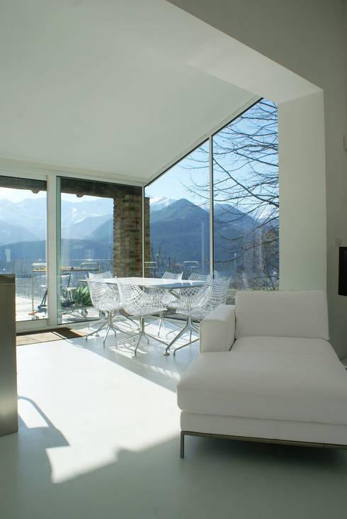 CASA IN VAL PELLICE: Sala da pranzo in stile in stile Moderno di Dario Castellino Architetto