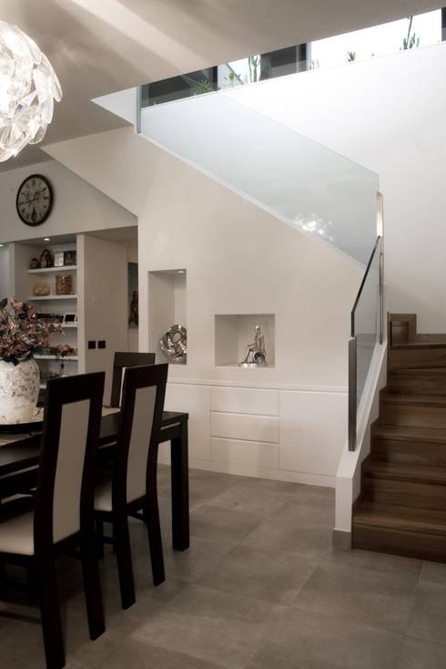 Residenza privata 4: Sala da pranzo in stile  di Ignazio Buscio Architetto