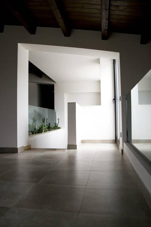 Residenza privata 4: Ingresso & Corridoio in stile  di Ignazio Buscio Architetto