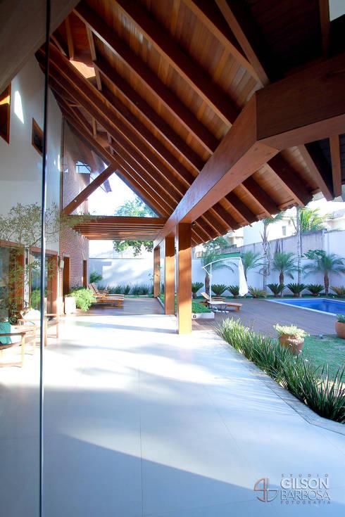 A força de um estilo.: Casas rústicas por PAULO DELMONDES ARQUITETURA