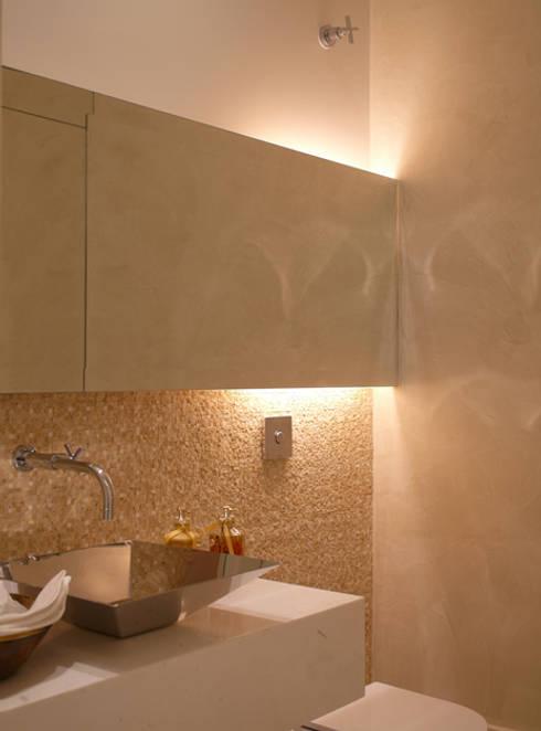 Residência Sorocaba: Banheiros modernos por Denise Barretto Arquitetura