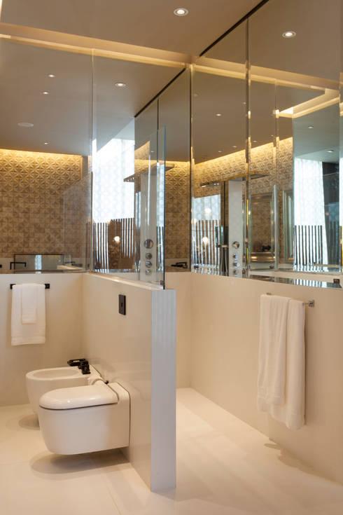 Loft do Casal: Banheiros  por Denise Barretto Arquitetura