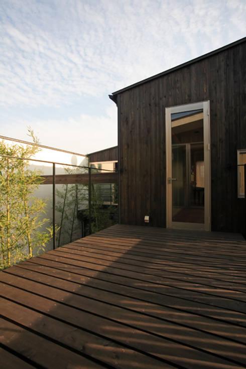 竹林風洞 デッキ: アーキシップス古前建築設計事務所が手掛けたベランダです。
