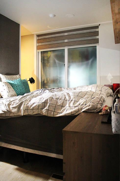 블루 포인트의 아파트 인테리어: dip chroma의  침실