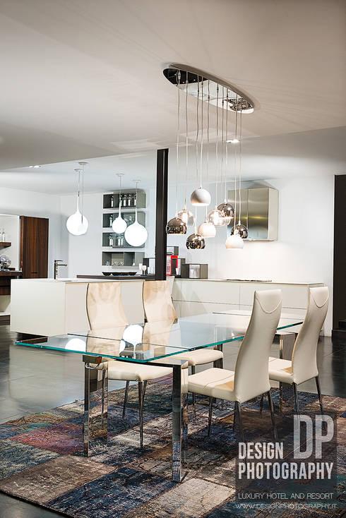 Casa moderna: Sala da pranzo in stile in stile Moderno di Design Photography