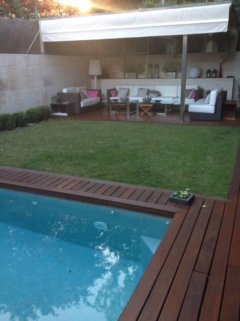 Vista del porche, el jardín y la piscina: Jardines de estilo moderno de DE DIEGO ZUAZO ARQUITECTOS