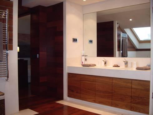 Diseño de mueble de baño. Baño en madera y piedra caliza: Baños de estilo moderno de DE DIEGO ZUAZO ARQUITECTOS