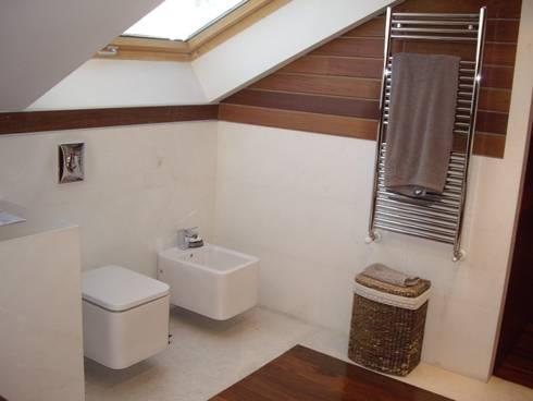 Baño realizado con materiales naturales- madera y piedra caliza: Baños de estilo moderno de DE DIEGO ZUAZO ARQUITECTOS