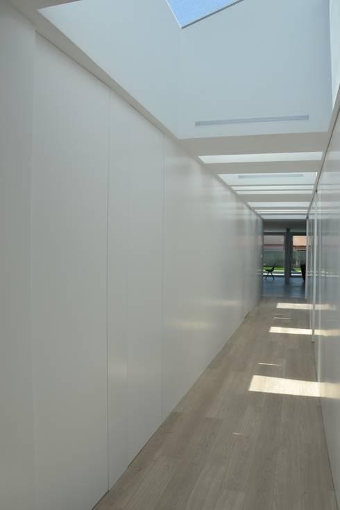Interior: Pasillos y vestíbulos de estilo  de Alicante Arquitectura y Urbanismo SLP