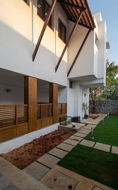 Mrs.&Mr. REKHA THANGAPPAN RESIDENCE AT JUHU BEACH, KAANATHUR, EAST COAST ROAD, CHENNAI:  Houses by Muraliarchitects